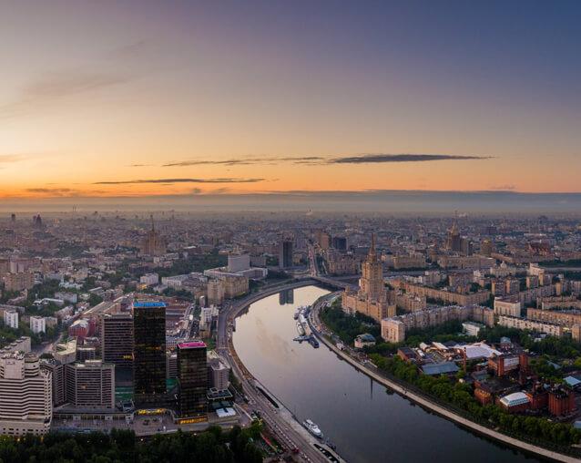 Вид на Сити, Москву-реку, гостиницу «Украина», корпус МГУ, Воробьёвы горы
